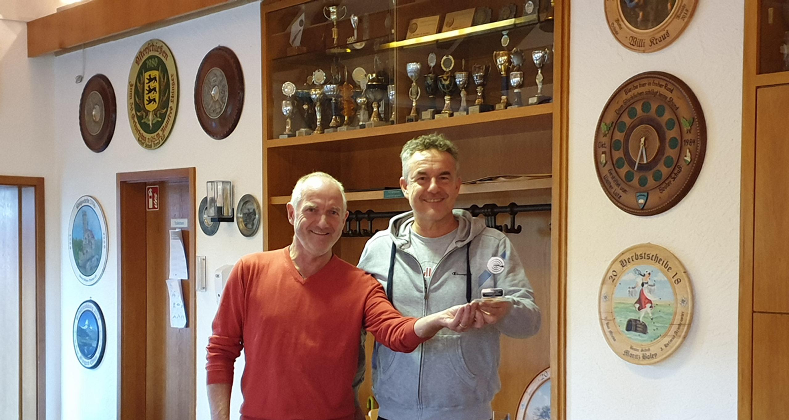 Jogi Mayer und Voker Bertsch mit dem Pokal